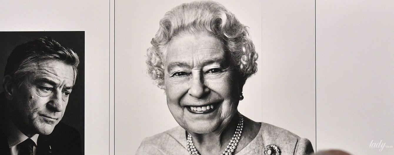 З усмішкою і незвичайною укладкою: новий портрет королеви Єлизавети II представлений на виставці в Кельні
