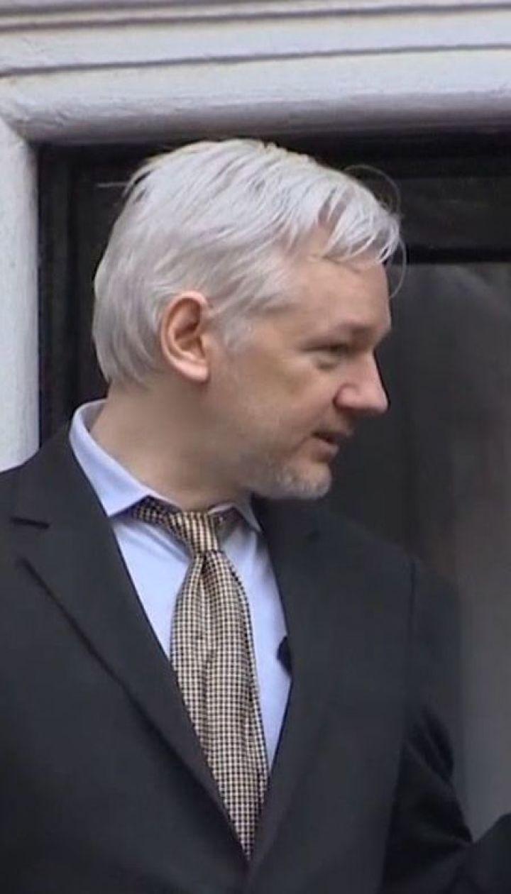 Джуліан Ассанж має бути покараний за викрадення секретної воєнної інформації - Гілларі Клінтон