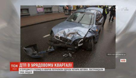 В центре столицы в аварию попали сразу четыре автомобиля