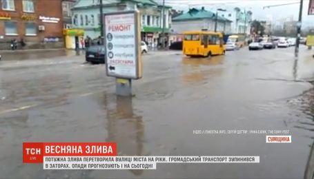 Весенний ливень: в Сумах из-за высокого уровня воды общественный транспорт остановился в пробках