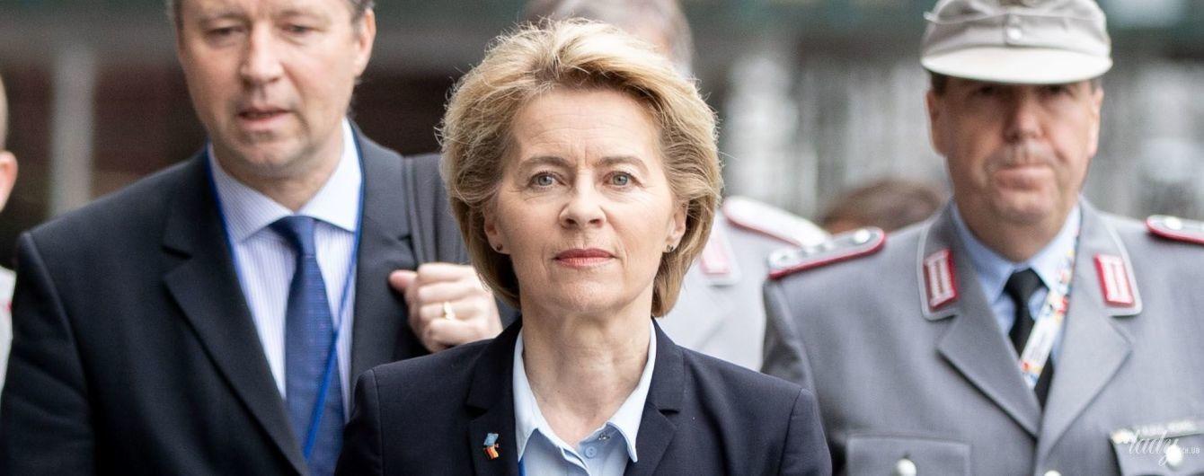 У сорочці улюбленого кольору і з ніжним макіяжем: діловий аутфіт міністра оборони Німеччини