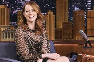 В леопардовой блузке и мини-юбке: Эмма Стоун засветила целлюлит