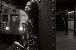 Без нижнего белья в метро: Наоми Кэмпбелл предстала в соблазнительном образе