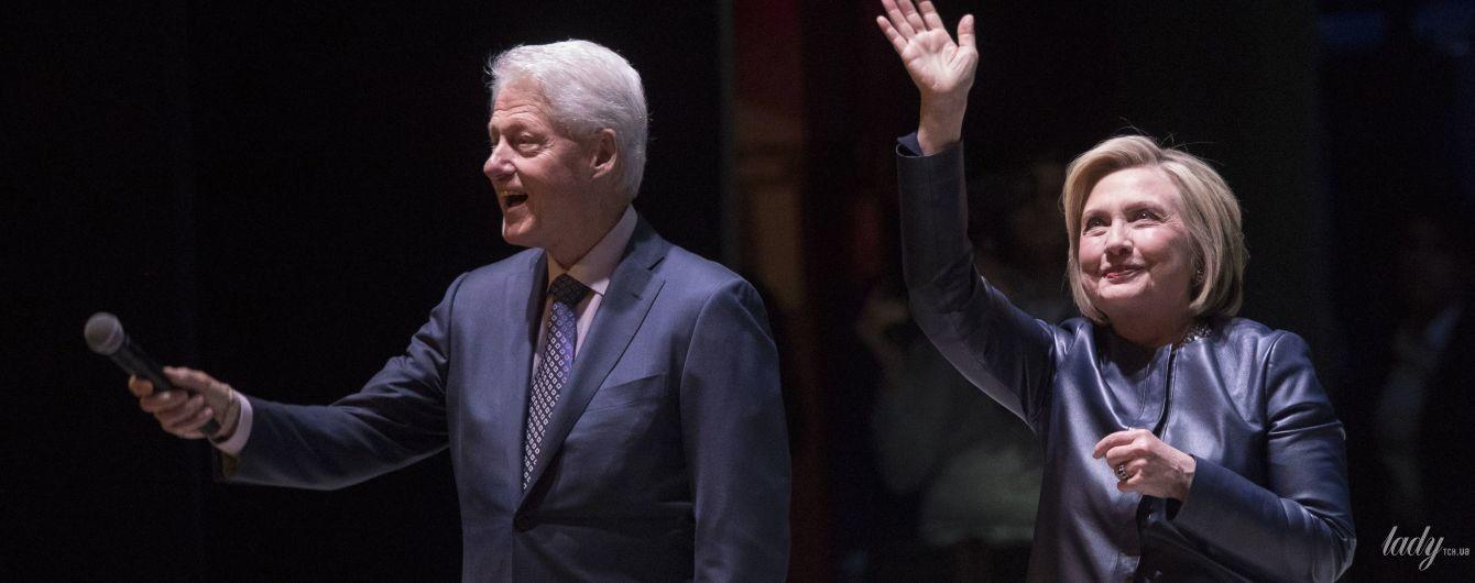 В стильном пальто и с мужем: Хиллари Клинтон на мероприятии в Нью-Йорке
