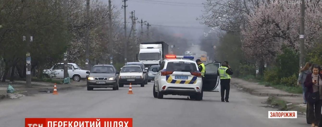 Запорожцы заблокировали оживленную дорогу после гибели под колесами BMW 7-летнего мальчика