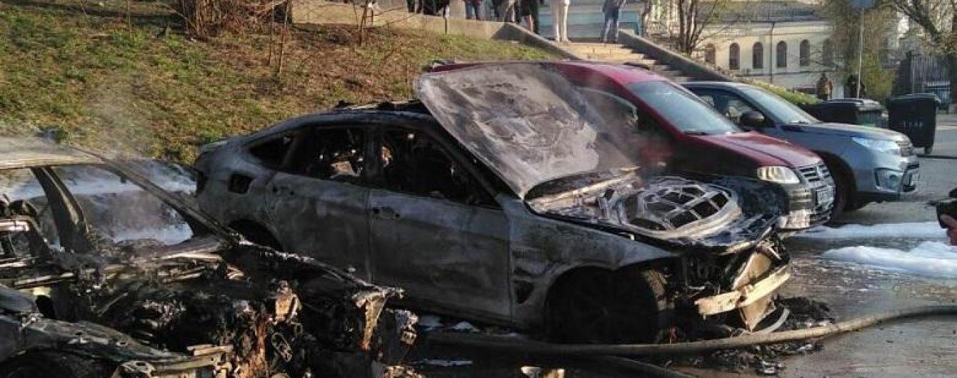 В центре Киева посреди дня неизвестный поджег припаркованные автомобили
