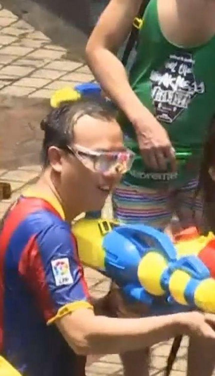 Новий рік по-тайськи: у середмісті Бангкоку місцеві та туристи обливалися водою