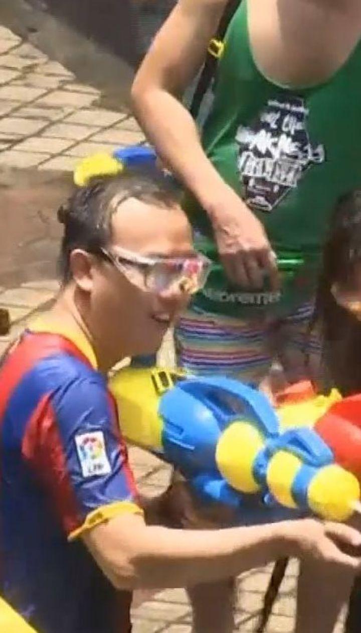 Новый год по-тайски: в центре Бангкоке местные и туристы обливались водой