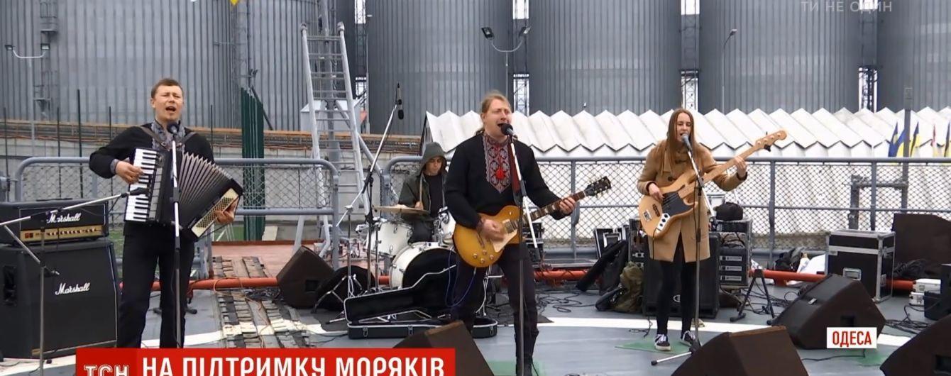 В Одессе и Киеве состоялся музыкальный флешмоб в поддержку пленных моряков