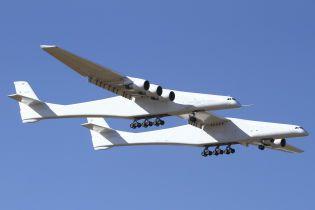 У США вперше в небо піднявся найбільший у світі літак Stratolaunch