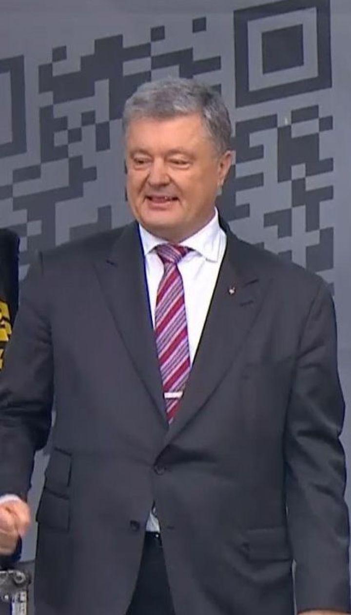 """Селфі з прихильниками та безкоштовний концерт: Порошенко дав прес-конференцію на """"Олімпійському"""""""