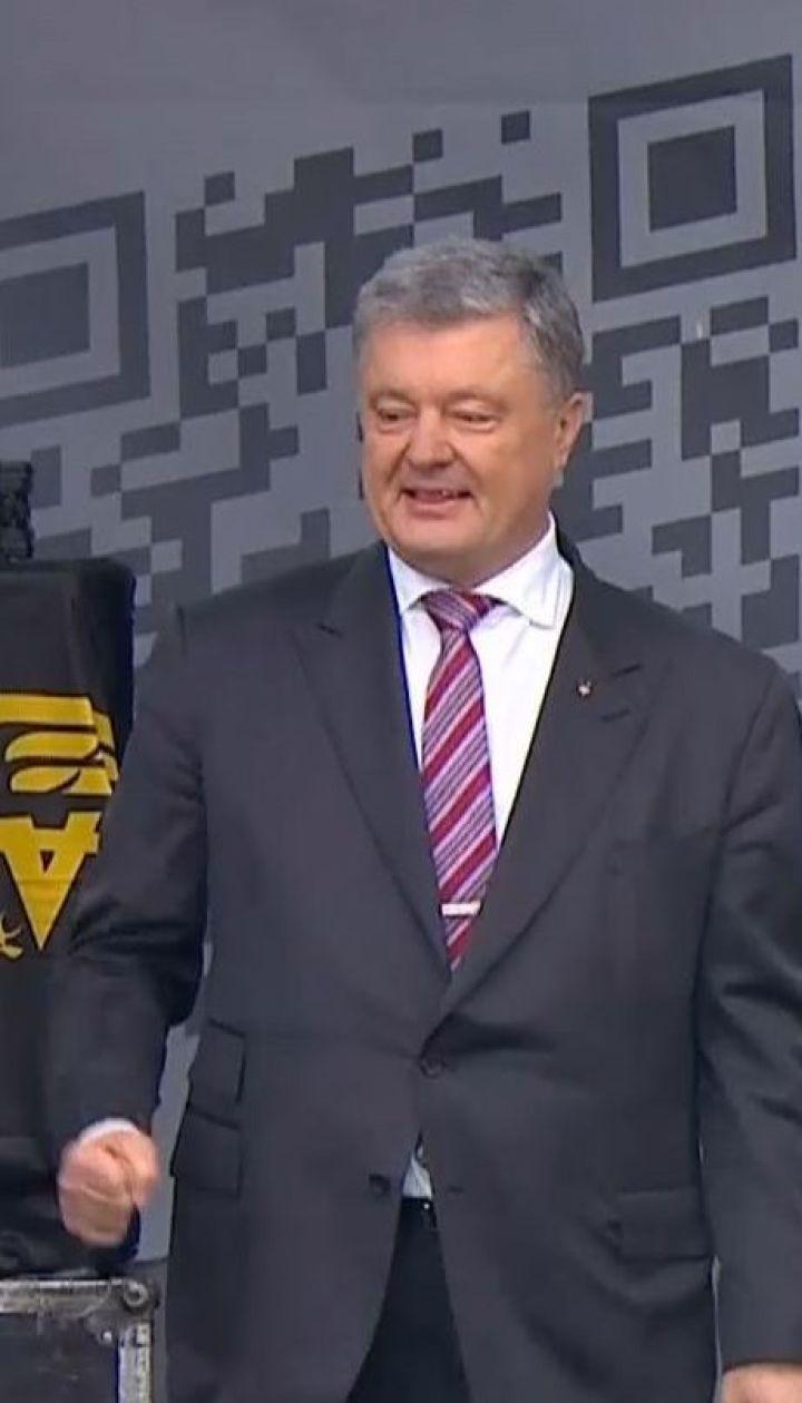 """Селфи со сторонниками и бесплатный концерт: Порошенко дал пресс-конференцию на """"Олимпийском"""""""