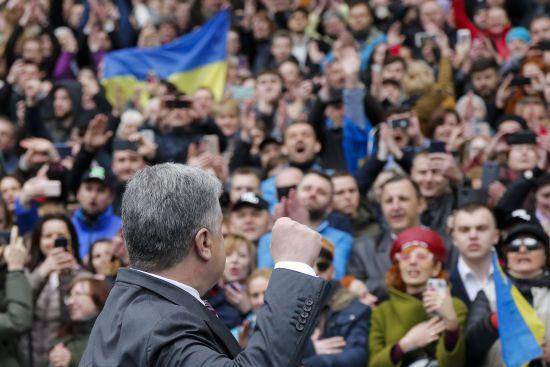 """Скільки людей прийшли на """"дебати"""" з Порошенком: дані СБУ та поліції відрізняються втричі"""