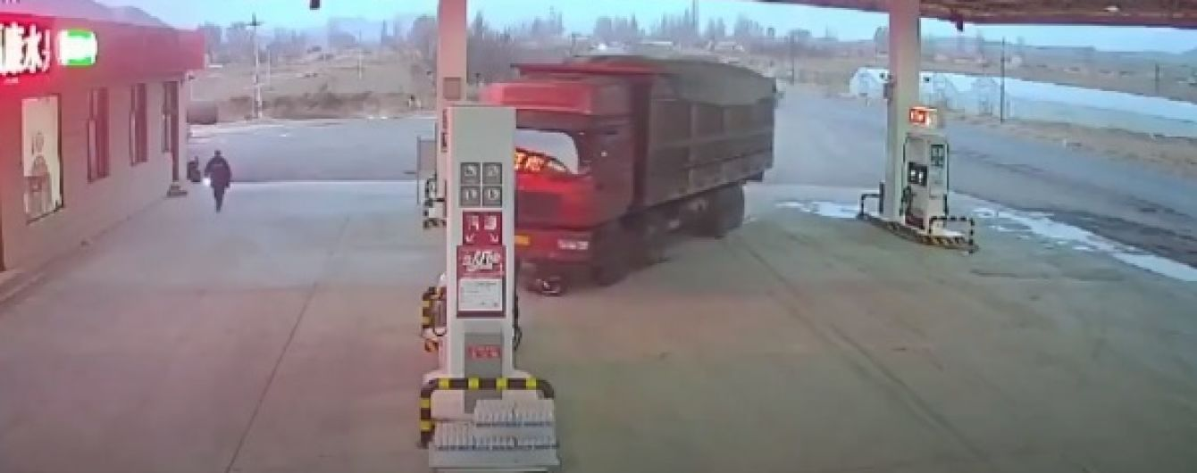 В Китае водитель попал под колеса грузовика, пытаясь остановить его собственным телом