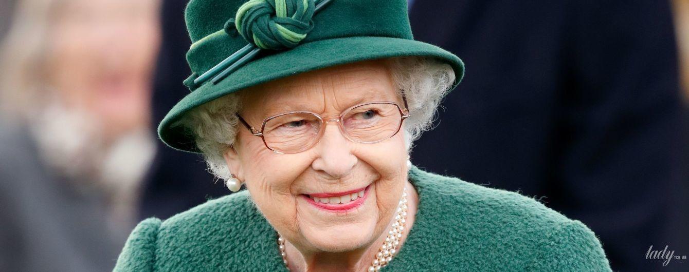 З усмішкою та рожевою помадою: королева Єлизавета II в новому образі приїхала на скачки
