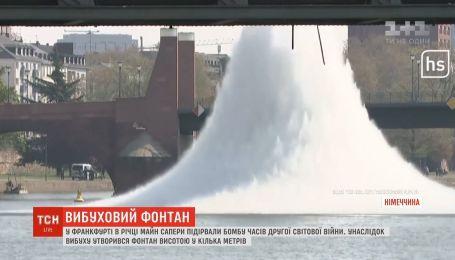 Фонтан высотой в несколько метров образовался вследствие взрыва бомбы в немецкой реке