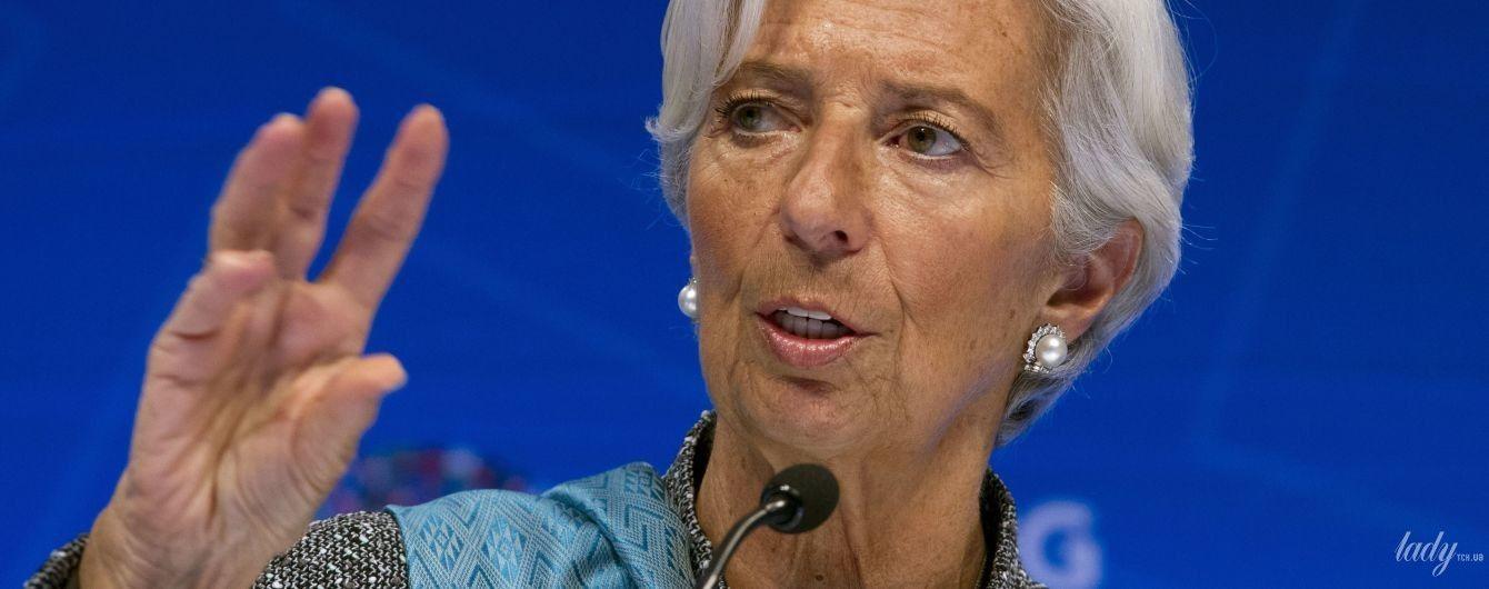 В стильном жакете и с красивыми серьгами: глава Международного валютного фонда на конференции