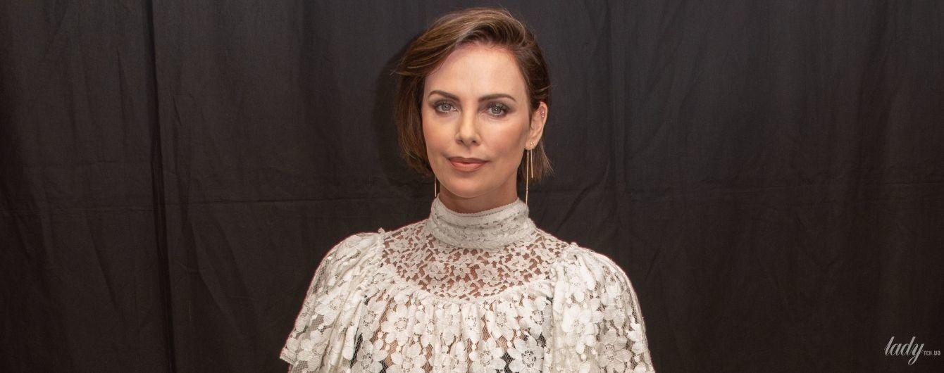Засветила белье: Шарлиз Терон надела под белую блузку неподходящий бюстгальтер