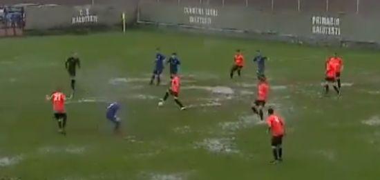"""УПЛ відпочиває. Футбольний матч у Румунії зіграли в страшному """"болоті"""""""