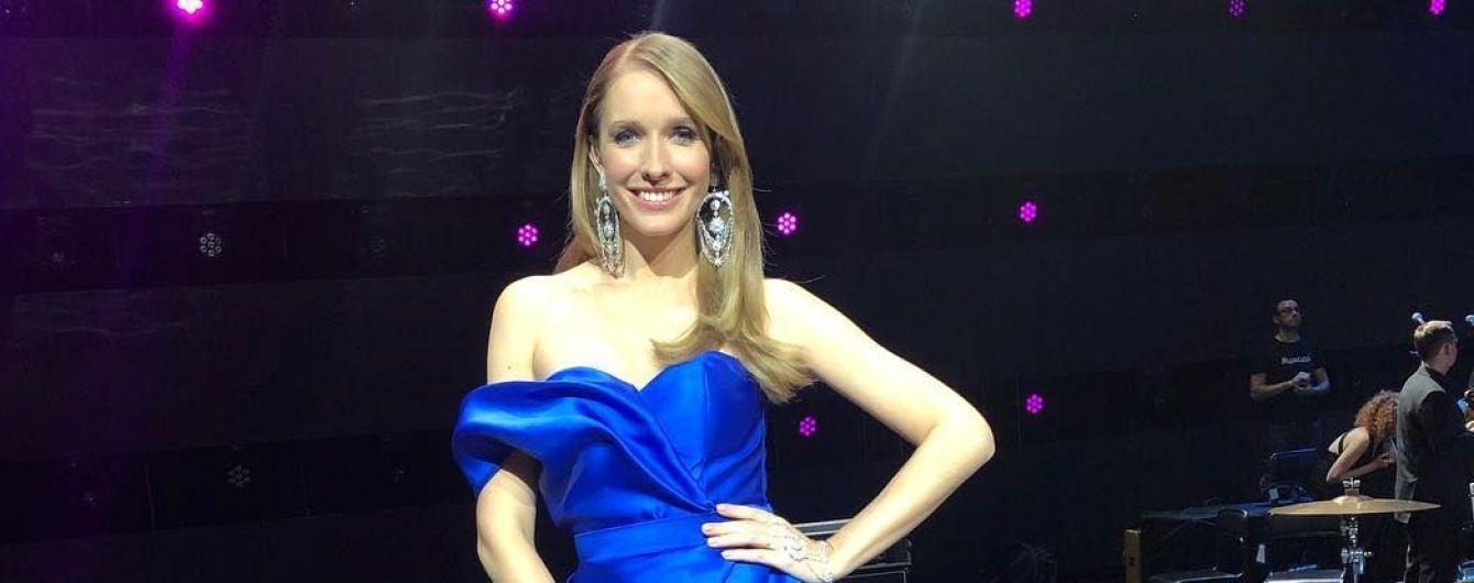 Катя Осадчая продемонстрировала эффектный образ в платье с обнаженными плечами