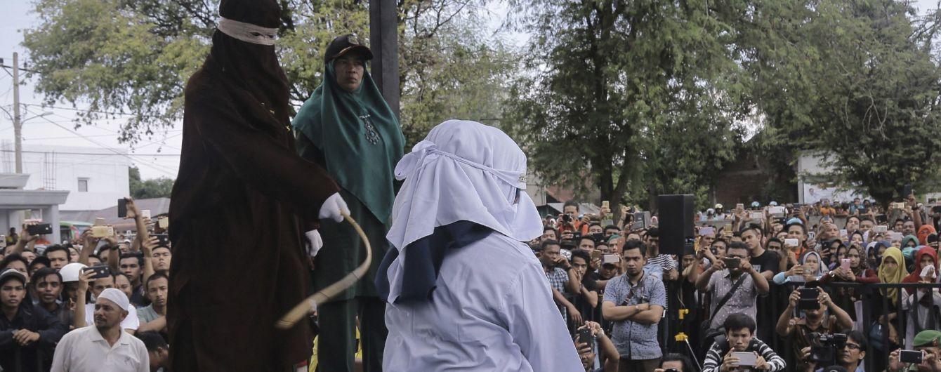 В Индонезии устроили публичное избиение женщины из-за внебрачных отношений
