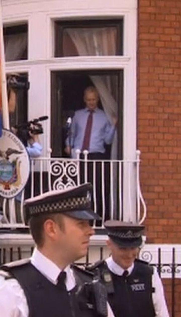 Эквадор обвиняет основателя WikiLeaks в нарушении условий убежища в посольстве Лондона
