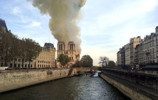 У Парижі палає Нотр-Дам. Текстовий онлайн