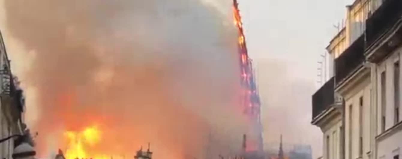 В охваченном огнем Нотр-Даме обвалились крыша и шпиль