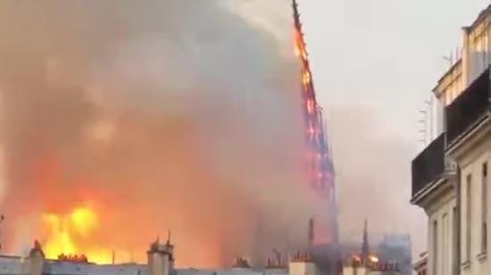 В охопленому вогнем Нотр-Дамі обвалилися дах і шпиль