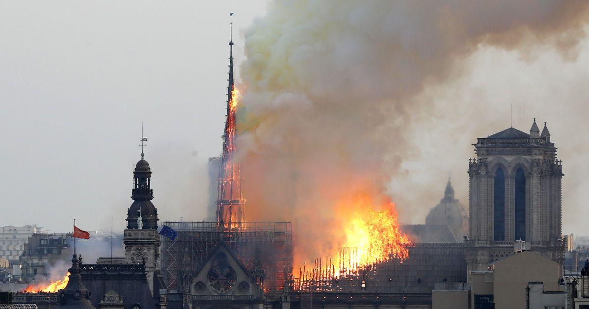 Від перших язиків полум'я до приборкання: як минули страшні дев'ять годин пожежі в Нотр-Дамі. Інфографіка