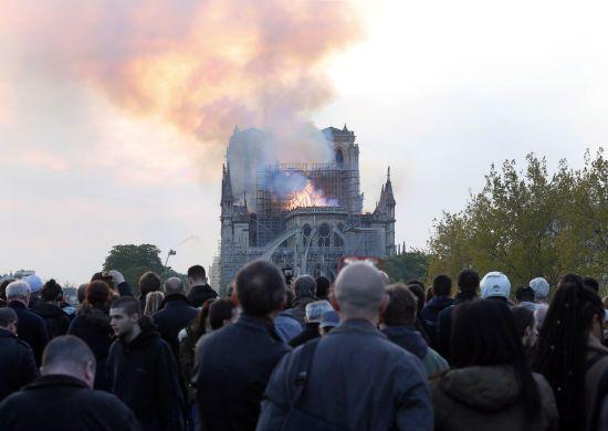 Нотр-Дам у вогні. Світ приголомшили фото руйнівної пожежі символу Парижа