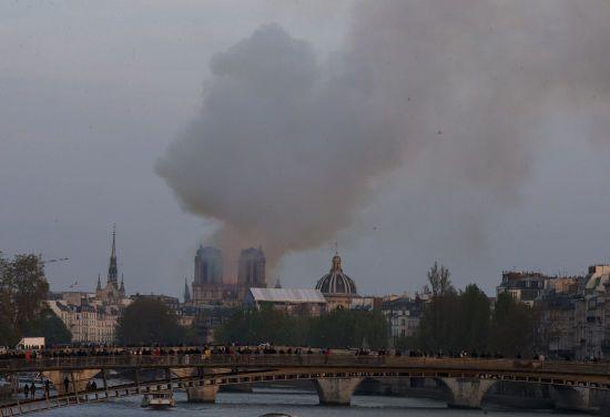 У Парижі евакуюють острів, на якому розташований собор Паризької Богоматері