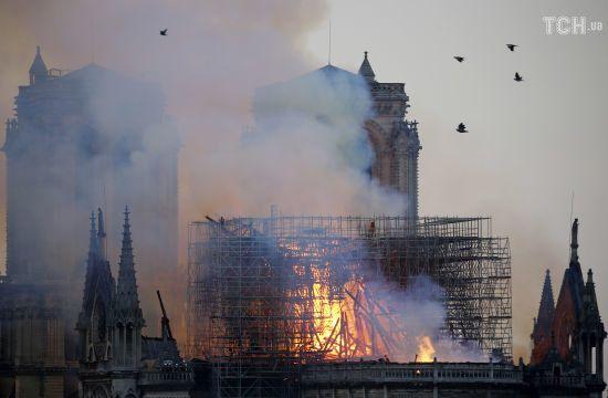 Пожежа в Нотр-Дамі: у мерії Парижа заявляють про колосальні збитки