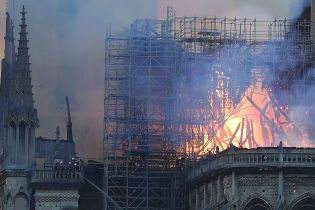 Основные конструкции здания собора Нотр-Дам не обрушатся, огонь удалось остановить – пожарные
