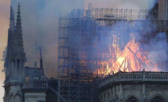 Французи, які спостерігають за боротьбою з пожежею в соборі Паризької Богоматері, виконують національний гімн