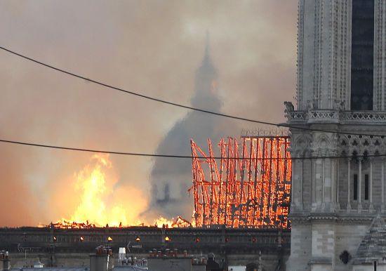 Пожежа в Нотр-Дамі: вогонь охопив одну з культових прямокутних веж собору