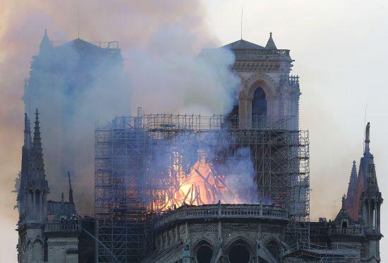 Нотр-Дам у вогні: як світ відреагував на нищівну пожежу у величному соборі