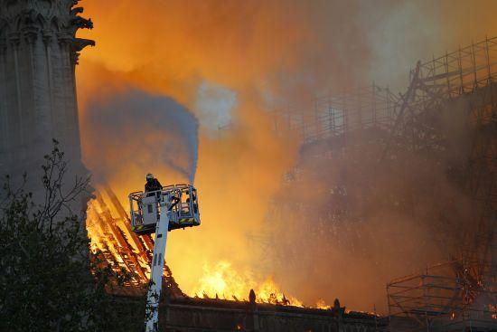 Святий престол шокований і глибоко засмучений: у Ватикані стежать за пожежею в Нотр-Дам