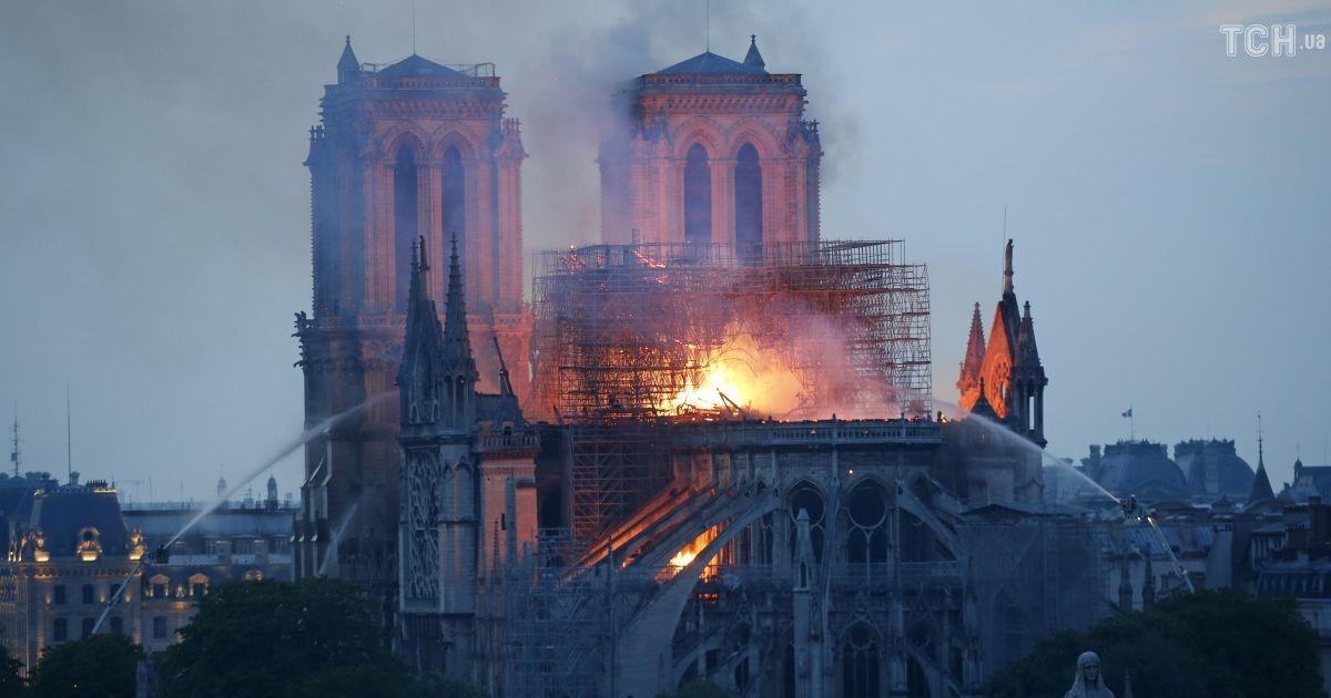 Пожар в Нотр-Даме: журналист снял видео на крыше пылающего собора