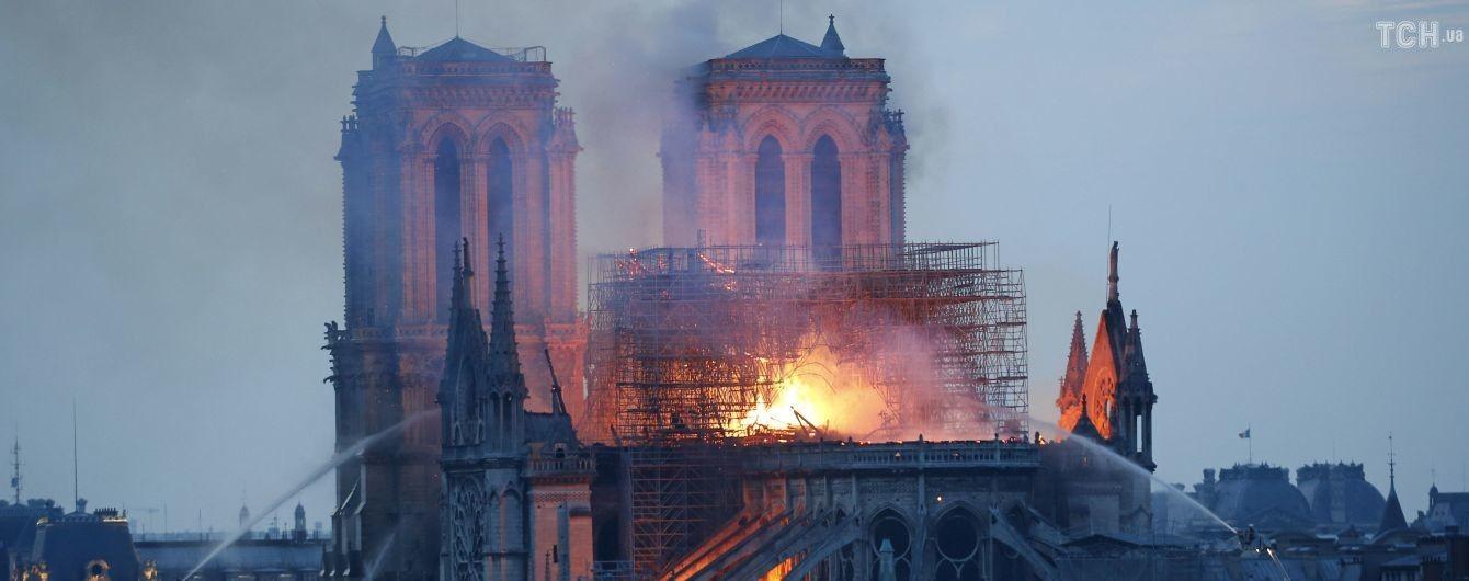 Пожежа у Нотр-Дамі: журналіст зняв відео на даху собору, що палає