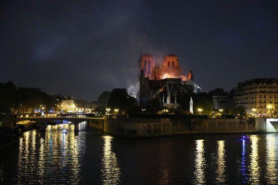 Зеленський висловив співчуття Макрону та французам з приводу пожежі у Нотр-Дамі