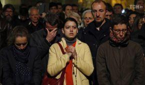 Молитвы на коленях за спасение, плач и страх в глазах: Как парижане переживают пожар в Нотр-даме
