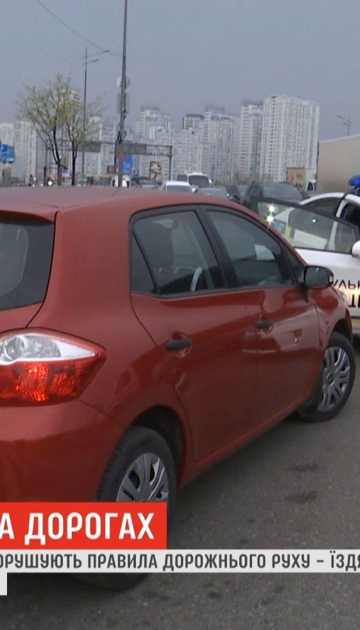 Чтобы быстрее миновать пробки, столичные водители не стесняются нарушать на глазах у копов