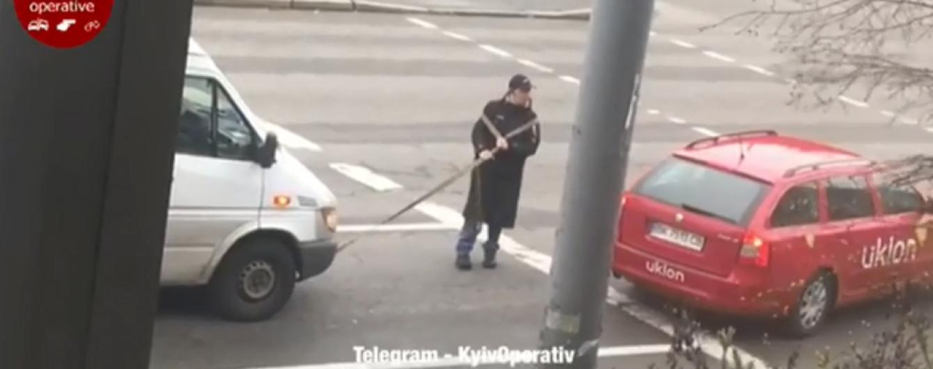 Всі байдужі. У Києві водій сам тягнув бус на буксирувальному тросі
