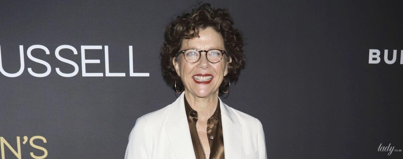 В белоснежном костюме и с красной помадой: 60-летняя Аннетт Бенинг на бродвейской премьере