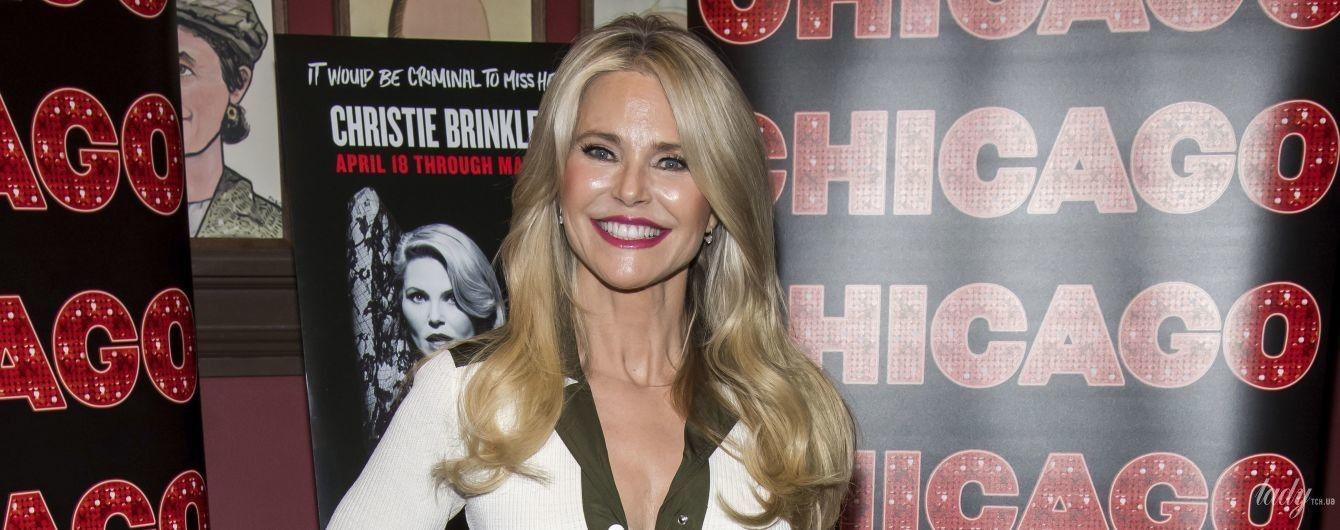 В платье с разрезом: 65-летняя Кристи Бринкли в эффектном образе вернулась на Бродвей
