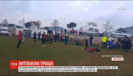 В Турции перевернулся школьный автобус