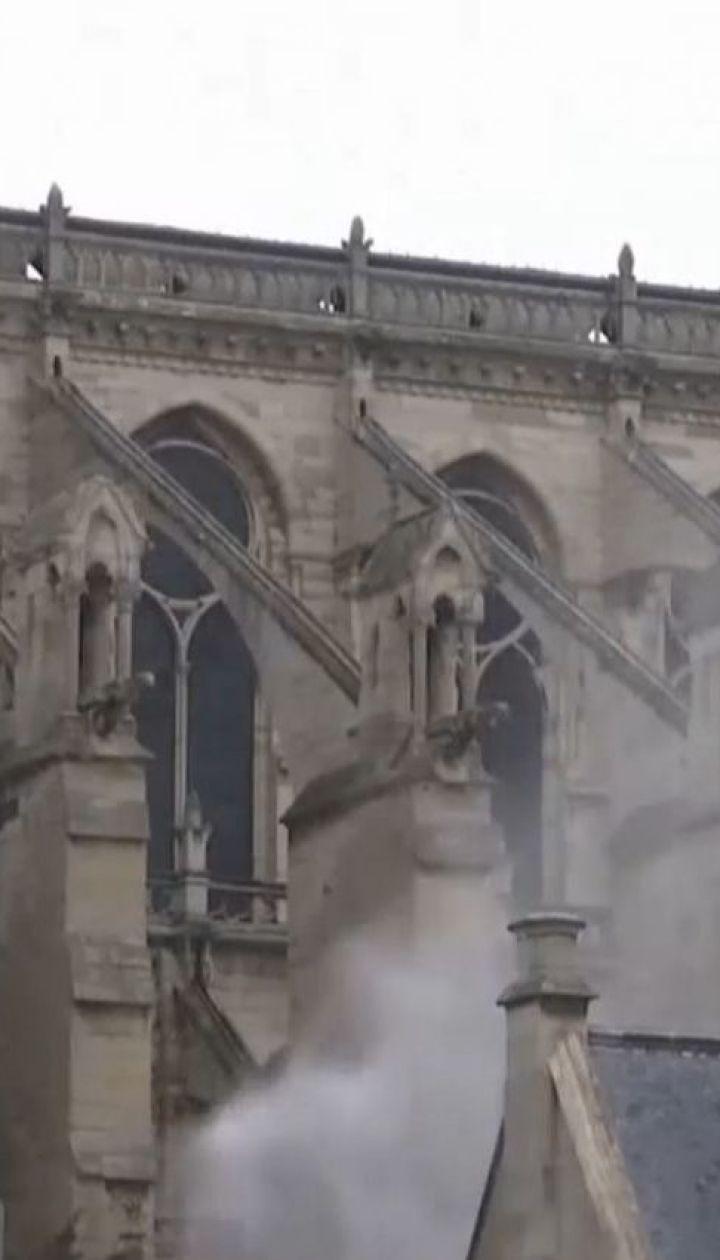 Дах Собору Паризької Богоматері досі заливають водою