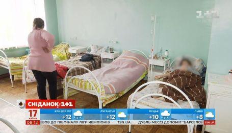 Недитячі забавки: в Україні від газового балончика постраждали більше сотні учнів