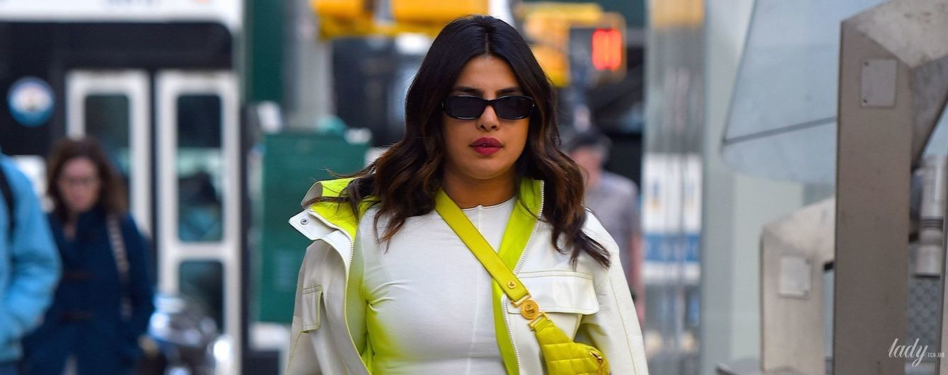 С яркой сумкой Versace: Приянка Чопра в стиле спорт-шик попала в объективы папарацци
